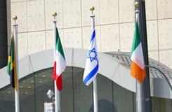 Bandiere internazionali nella parte anteriore del quartiere generale di nazioni unite a New York Immagini Stock