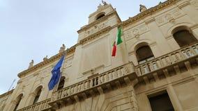 Bandiere italiane ed europee sul monumento storico di municipio di Padova video d archivio