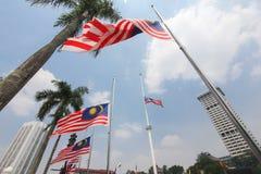 Bandiere malesi al mezzo albero dopo l'incidente MH17 Immagini Stock Libere da Diritti