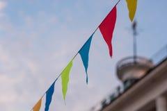 Bandiere multicolori sopra la costruzione con l'iscrizione Kyiv Fotografia Stock