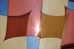 Bandiere multicolori sul cielo Immagini Stock