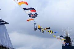 Bandiere nautiche sotto le nuvole Fotografia Stock