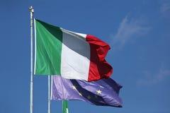Bandiere nazionali dell'Italia e dell'Unione Europea Fotografie Stock Libere da Diritti