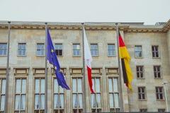 Bandiere nell'entrata principale del ministero delle finanze della Germania Fotografia Stock