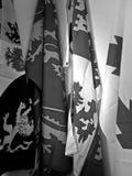 Bandiere in parete bianca fotografia stock