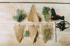 Bandiere, pistola di colla e rami decorativi dell'abete Decorazione di nuovo anno Fotografia Stock Libera da Diritti