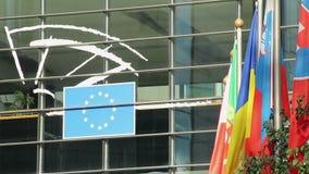 Bandiere Portogallo, Romania, Slovacchia, sede del parlamento europea di UE video d archivio