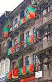 Bandiere portoghesi ad una casa a Oporto, Portogallo Fotografia Stock