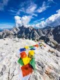Bandiere pregare del tibetano variopinto sulla cima della montagna fotografia stock libera da diritti