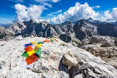 Bandiere pregare del tibetano variopinto sulla cima della montagna fotografie stock