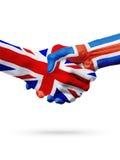 Bandiere Regno Unito, paesi dell'Islanda, concetto della stretta di mano di amicizia di associazione Fotografia Stock