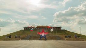Bandiere russe che ondeggiano contro l'iper timelapse del fondo al rallentatore delle nuvole stock footage