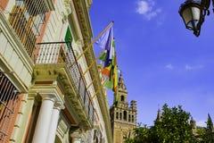 Bandiere sopra l'entrata alla costruzione amministrativa dell'Andalusia immagine stock
