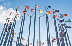 Bandiere su fondo del cielo blu con le nuvole Immagine Stock