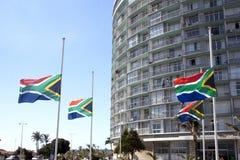 Bandiere sudafricane che volano al mezz'asta Fotografia Stock Libera da Diritti