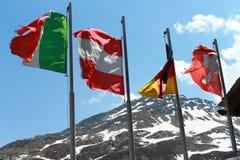 Bandiere sul vento fotografie stock libere da diritti
