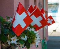 Bandiere svizzere sulle case per la celebrazione della festa dell'indipendenza il 1° agosto Fotografie Stock