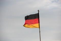 Bandiere tedesche davanti al cielo fotografia stock libera da diritti