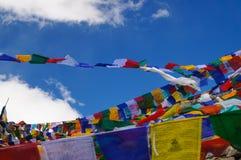 Bandiere tibetane al passaggio di Khardungla (il più alta strada nel mondo), Fotografia Stock Libera da Diritti