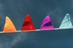 Bandiere triangolari colorate contro il cielo nel vento Immagine Stock Libera da Diritti