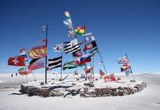 Bandiere in un deserto del sale di Salar de Uyuni fotografia stock