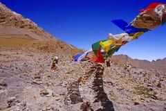 Bandiere variopinte di preghiera nel deserto ad alta altitudine della montagna in Himalaya Fotografia Stock