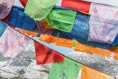 Bandiere variopinte di preghiera sulla montagna della neve Fotografie Stock Libere da Diritti