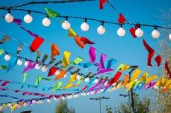 Bandiere variopinte e lampade Immagine Stock