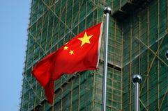 Bandierina cinese con le costruzioni dietro immagine stock libera da diritti