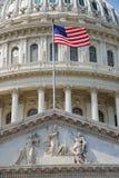 Bandierina con gli Stati Uniti Campidoglio che costruisce, Washington DC Immagine Stock