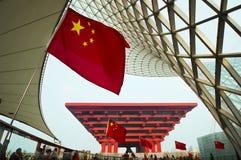 Bandierina davanti al padiglione della Cina fotografia stock libera da diritti