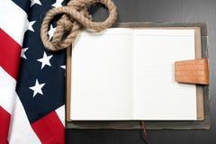 Bandierina degli S Bandiera americana su fondo di legno Immagine Stock
