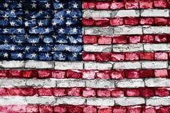Bandierina degli S.U.A. verniciati su un vecchio muro di mattoni Fotografia Stock