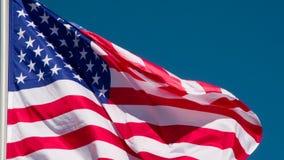Bandierina degli Stati Uniti che fluttua nel vento video d archivio