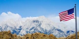 Bandierina degli Stati Uniti con Mount Whitney e le montagne sole del pino Fotografie Stock