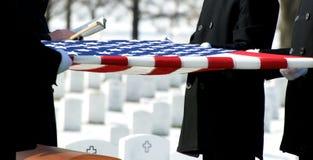 Bandierina del cimitero nazionale di Arlington sopra il cofanetto Immagine Stock