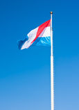 Bandierina del Lussemburgo sopra cielo blu Fotografie Stock
