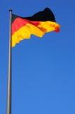 Bandierina della Germania in un cielo blu Immagini Stock Libere da Diritti