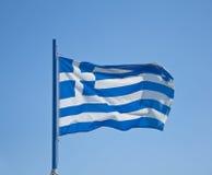 Bandierina della Grecia, crescente nel vento in cielo blu Fotografia Stock Libera da Diritti