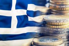 Bandierina della Grecia Euro soldi Euro valuta Bandiera d'ondeggiamento variopinta della Grecia su un euro fondo dei soldi Fotografie Stock