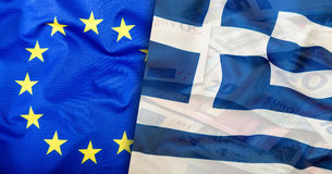 Bandierina della Grecia Euro soldi Euro valuta Bandiera d'ondeggiamento variopinta della Grecia su un euro fondo dei soldi Immagini Stock Libere da Diritti