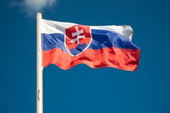 Bandierina della Slovacchia contro cielo blu Fotografia Stock Libera da Diritti
