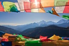 Bandierina di preghiera e montagna distante Immagine Stock