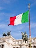 Bandierina e monumento dell'Italia fotografia stock libera da diritti