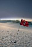 Bandierina innevata di terreno da golf di collegamenti alla notte fotografia stock libera da diritti
