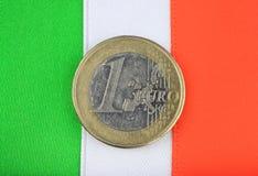 Bandierina irlandese con una euro moneta. Fotografie Stock