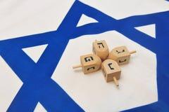Bandierina israeliana con Dreidels di legno Fotografia Stock Libera da Diritti