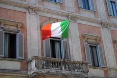 Bandierina italiana su un balcone a Roma Fotografia Stock