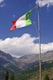 Bandierina italiana sulle alpi Fotografie Stock