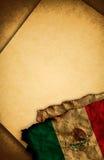 Bandierina messicana e vecchio documento Immagini Stock
